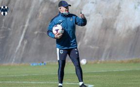 Javier Aguirre dirige la práctica del Monterrey. @Rayados