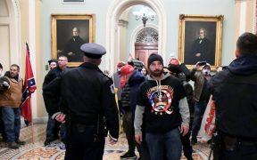 Acusan a dos hombres de agredir al oficial que murió tras ataque al Capitolio de EU