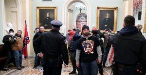 Policía del Capitolio investiga si legisladores permitieron visitas al edificio antes del asalto
