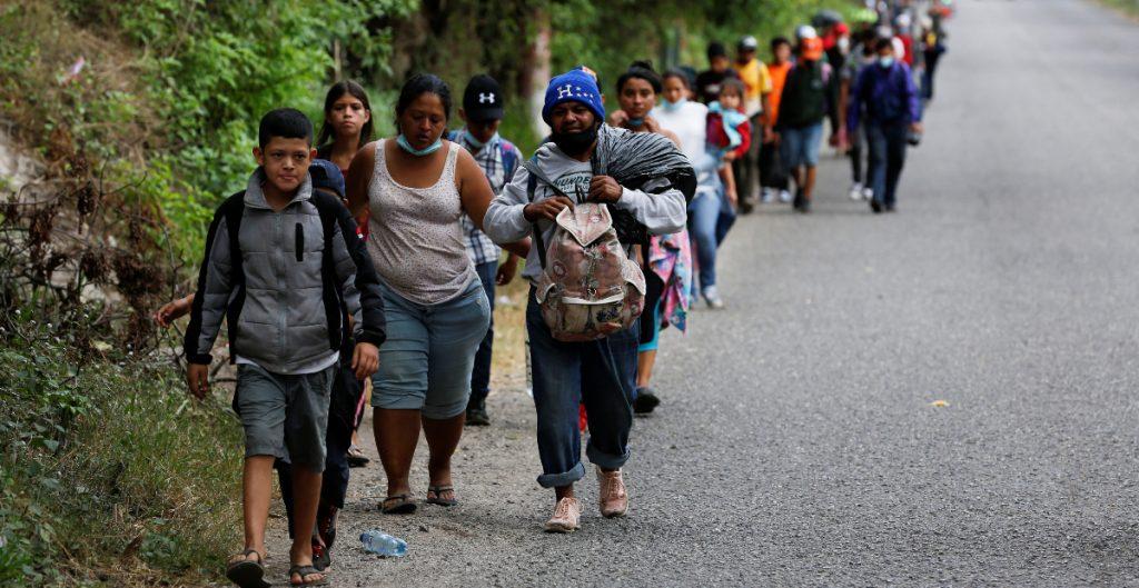 Caravana migrante avanzan por Guatemala hacia EU pese a restricciones