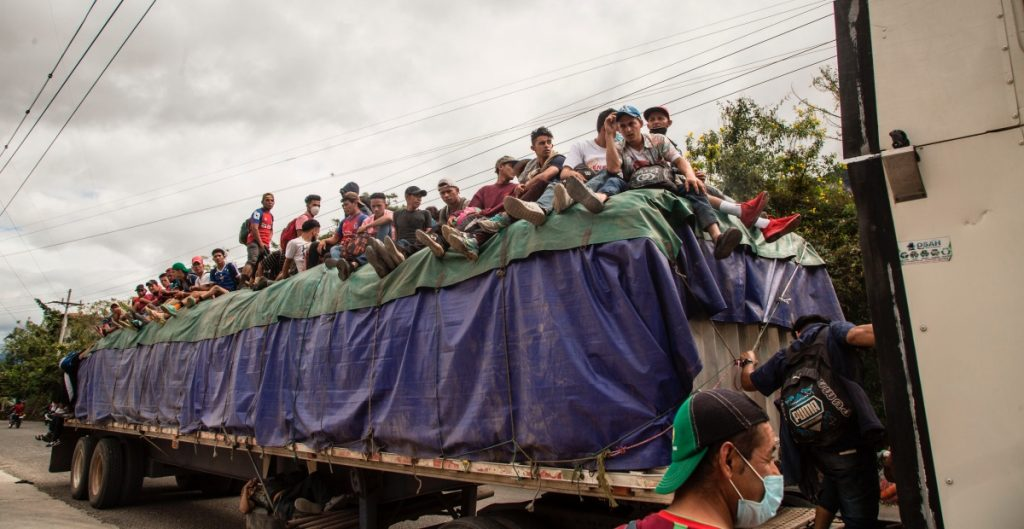 Autoridades guatemaltecas frenan avance de caravana de migrantes que se dirige a EU