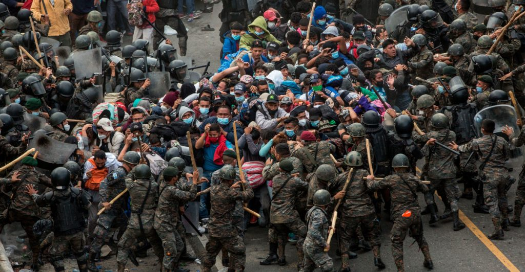 Con palos y gas lacrimógeno, autoridades guatemaltecas frena caravana migrante