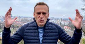 Arrestan al líder de oposición Alexei Navalny a su llegada a Moscú
