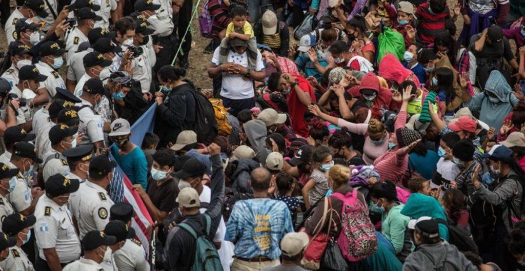 Caravana migrante sigue detenida en