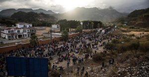 A golpes y empujones, policía de Guatemala disuelve caravana de migrantes hondureños
