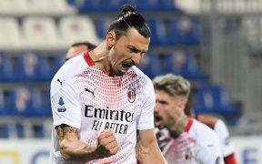 Zlatan Ibrahimovic celebra uno de sus dos goles al Cagliari. Foto: Reuters