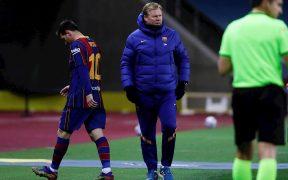 Messi se marcha decepcionado tras su expulsión en la Supercopa. Foto:EFE