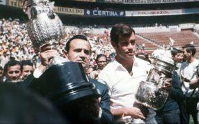 El Halcón Peña y Guillermo Álvarez, con los trofeos de Campeón de Cruz Azul en 1970. Foto: Mexsport