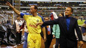 Luis Roberto, en un homenaje del América junto a su padre, José Alves Zague. Foto: Mexsport
