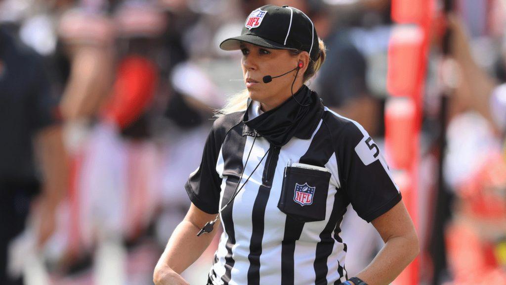 Sarah Thomas hará historia al ser la primera mujer en oficiar durante un Super Bowl. Foto: NFL