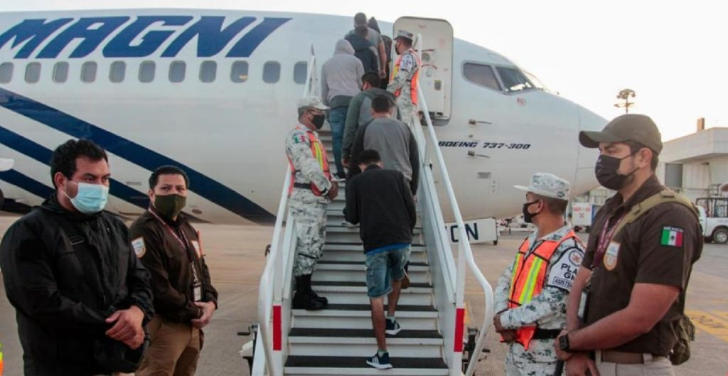 Mientras avanza caravana hacia México, INM deporta a 136 migrantes  hondureños