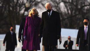 Trump se despide de Estados Unidos; Biden, homenajea a víctimas de Covid antes de asumir el poder