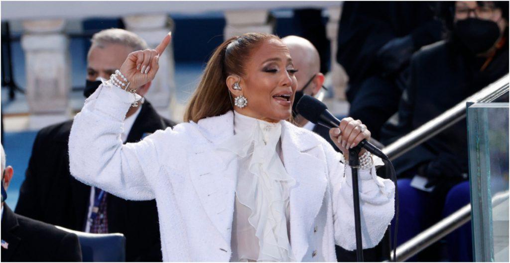 """""""Una nación indivisible, con libertad y justicia para todos"""", dice Jennifer Lopez en español durante la investidura presidencial de Biden"""