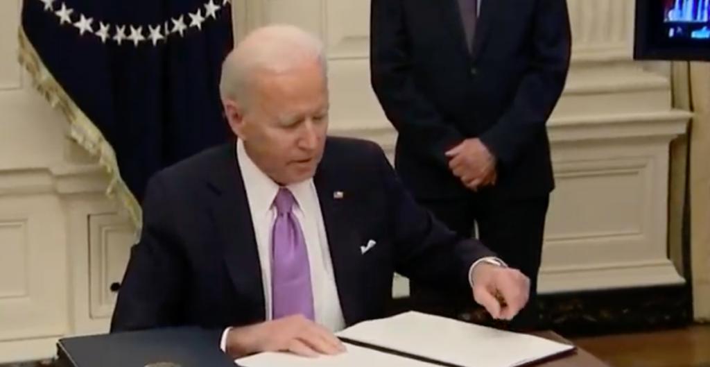 """Biden firma órdenes ejecutivas para reforzar la lucha contra la Covid; """"este esfuerzo tomará meses"""", dijo. Noticias en tiempo real"""