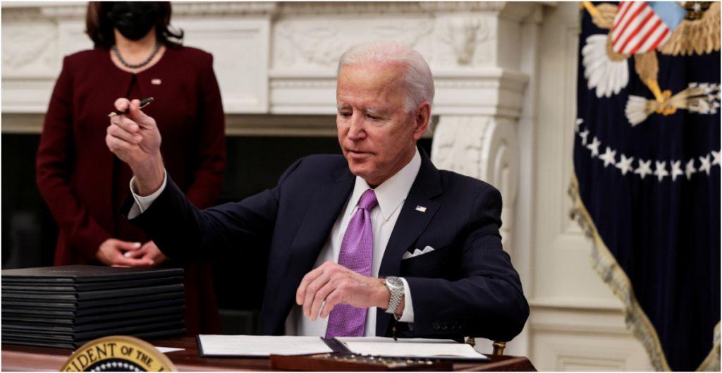 Biden firma órdenes ejecutivas para reforzar la lucha contra la Covid