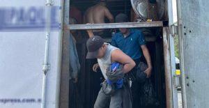 Agentes mexicanos rescatan a 128 migrantes de tráiler en estado de Veracruz