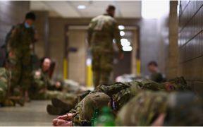 Gobernadores de EU exigen el regreso de integrantes de la Guardia Nacional tras dormir en un estacionamiento