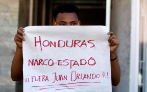 Tras bloqueo de caravana, migrantes enfurecen contra presidente hondureño