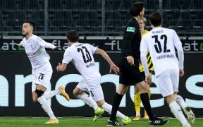 El Gladbach goleó al Dortmund y lo rebasó en la Bundesliga. Foto: EFE