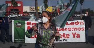 """""""Fuera el dictador"""", protestan integrantes de FRENAAA en visita de AMLO a Nuevo León"""