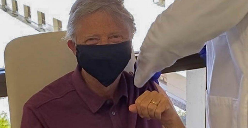 """""""Me siento genial"""": Bill Gates recibe su primera dosis de vacuna contra Covid-19"""