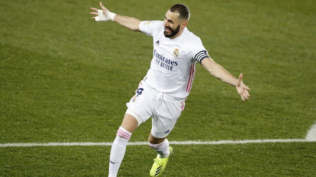 Karim Benzema festeja uno de sus dos goles ante el Alavés. Foto: EFE