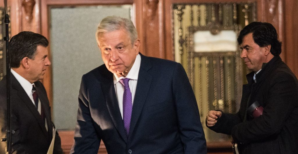 """Tras un año de pandemia y el contagio de AMLO, Presidencia ve """"probable"""" recomendar el uso de cubrebocas"""