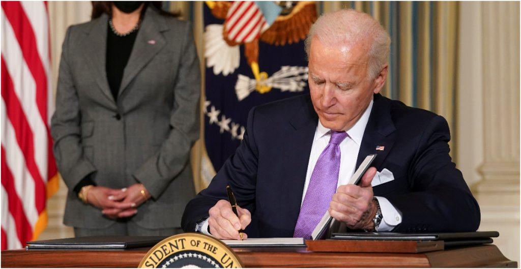 Biden firma orden ejecutiva para promover el voto en las minorías de EU