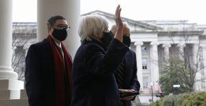 Janet Yellen presta juramento como secretaria del Tesoro de EU