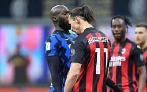Ibrahimovic se encaró con Lukaku durante el derbi de Milán. Foto: Reuters
