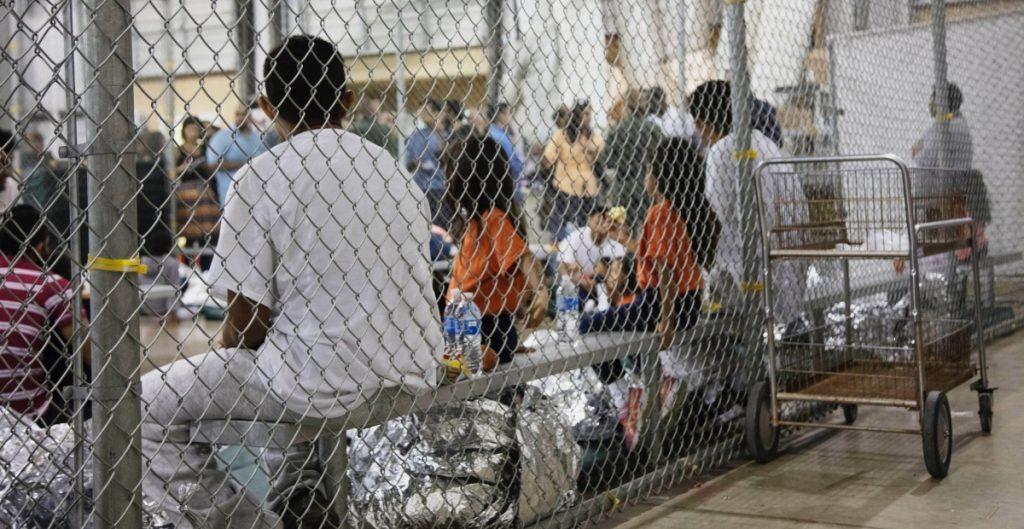 Estados Unidos comienza a reunir a algunas familias separadas en la frontera con México