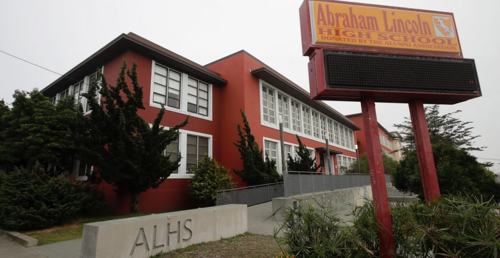 Escuelas en EU reabrirán aunque los profesores no estén vacunados
