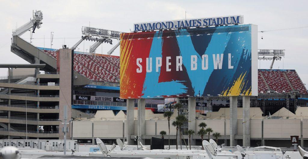 Arrestan a hombre por volar dron en área restringida del Super Bowl LV