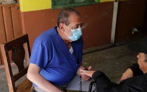 """En México los médicos familiares pasan desapecibidos en la pandemia AP.- El doctor Rafael Galindo comenzó a atender consultas en la alcaldía más poblada de Ciudad de México, Iztapalapa, hace 40 años cuando las calles ni siquiera estaban pavimentadas. Ahora, es uno de los médicos más populares de su colonia por ayudar en la recuperación de muchos enfermos de coronavirus. Galindo es uno de los más de 270 mil médicos de familia que hay en México y que son los que pasan desapercibidos durante la pandemia pese a que suelen ser el primer contacto de los infectados, los que les dan las primeras recomendaciones y pueden prevenir hospitalizaciones y muertes. Este profesional, de 66 años, no vigila intubados, ni va enfundado en plástico de pies a cabeza. Pasea por los mercados con un cubrebocas, un maletín y un oxímetro colgado al cuello mientras los vecinos le saludan. """"Me dieron referencia con él varias personas que vinieron y tuvieron muy buenos resultados"""", asegura Marta Alarcón. Por eso se animó a llevar ahí a su hermano. Su pequeño consultorio, en una calle comercial, es uno de los más recomendados en un barrio de 1.8 millones de habitantes, marcado por la violencia y las drogas. También es el barrio con más infectados de una ciudad con más de medio millón de casos: ha tenido más de 76 mil contagiados y 4 mil 500 muertes por Covid-19. Esas son las cifras confirmadas, aunque en realidad podrían ser mayores, según los expertos. México vive su peor momento de la pandemia. Se acerca con rapidez a los dos millones de infectados, muchos hospitales están copados, escasea el oxígeno, la población abarrota las calles y la vacunación sólo se inició de manera muy incipiente entre profesionales de salud (no médicos generales) porque faltan vacunas, aunque millones de dosis están teóricamente por llegar. Este fin de semana, el gobierno de Ciudad de México dio a conocer las últimas cifras de exceso de mortalidad que muestran un número récord de decesos relacionadas con el coronavirus"""