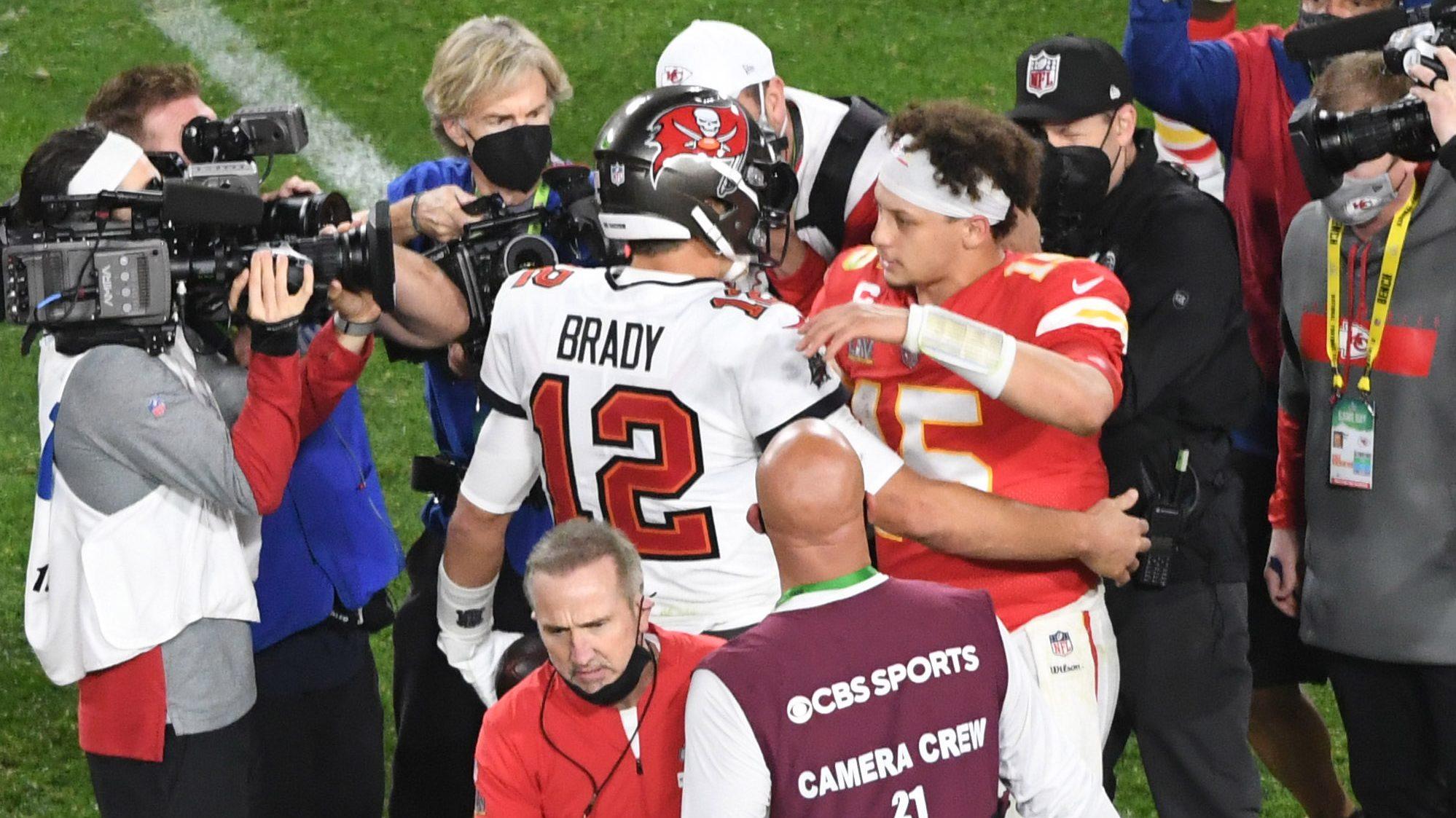 Resultado de imagen para El abrazo entre Tom Brady y Paty Mahomes al final del Super Bowl 2021