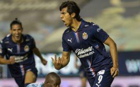 Macías brilló en el triunfo de Chivas sobre León con un gran gol. Foto: Mexsport