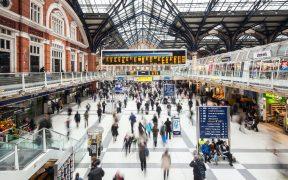 """Reino Unido examina implementar """"pasaportes Covid-19"""" para iniciar el regreso a reuniones masivas"""
