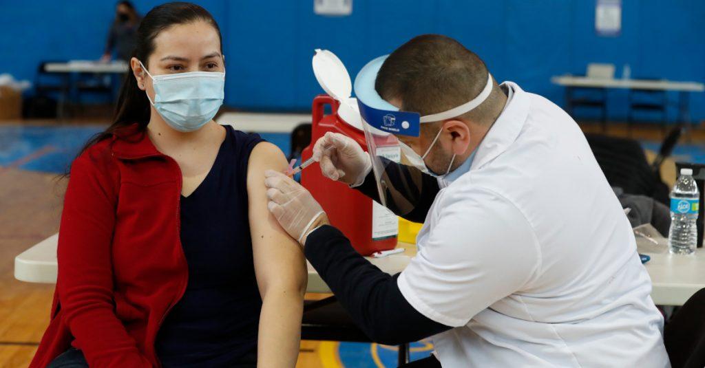 Personas vacunadas no necesitan una cuarentena tras exponerse a caso de Covid: CDC