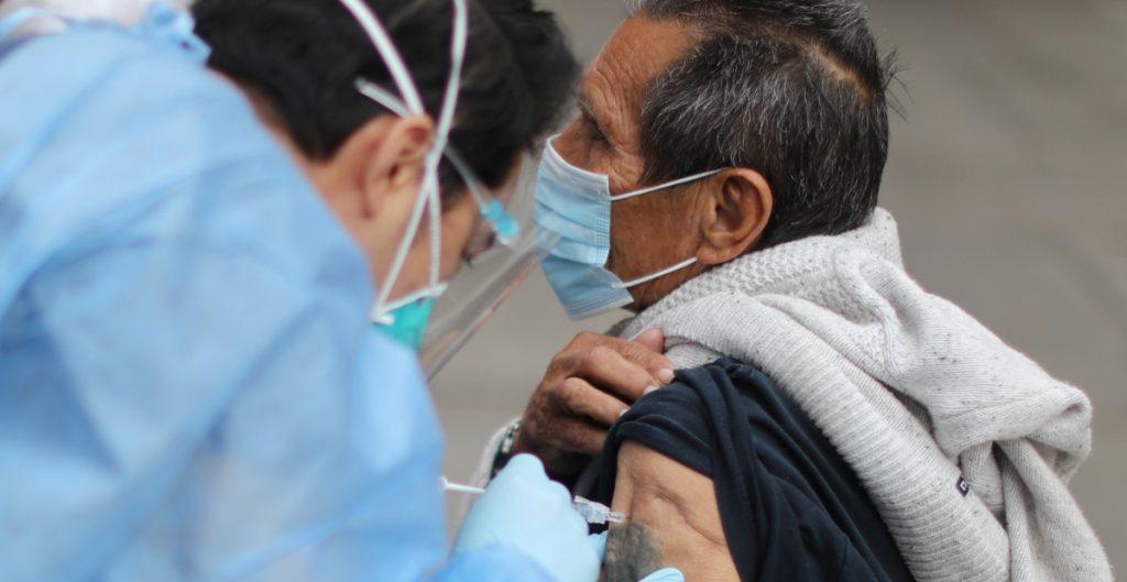 """Desinformación sobre vacunas se propaga """"como el virus"""" entre inmigrantes latinos: WP"""