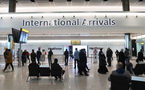 """Empieza en Reino Unido la cuarentena forzosa para viajeros de países en """"lista roja"""" por Covid-19"""