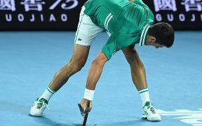 Nole destrozó su raqueta en un arranque de ira. Foto: EFE