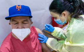 Miedo a deportación y lenguaje, las barreras que enfrentan los latinos para vacunarse