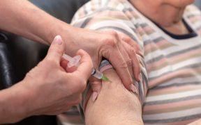 Tras suspensión de vacuna de AstraZeneca en 12 países, AMLO asegura que coágulos no representan riesgo
