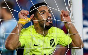 Luis Suárez se lamenta tras una falla ante el Levante. Foto: Reuters