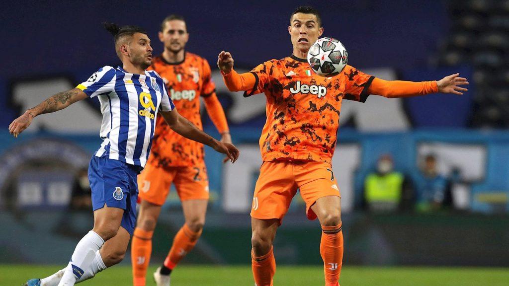 Cristiano Ronaldo controla ante el acoso de Corona. Foto: Reuters