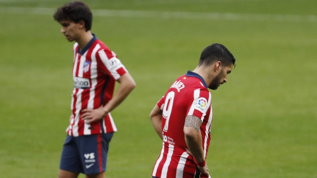 Joao Félix y Luis Suárez, decepcionados tras la derrota. Foto: EFE