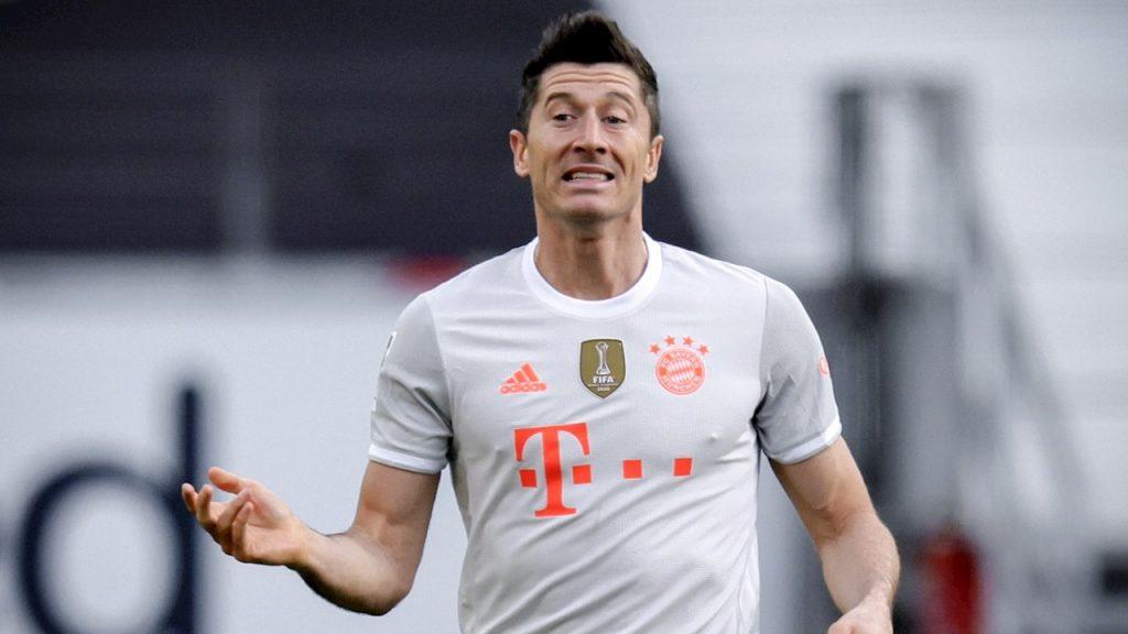Lewandowski reclama una jugada ante el Eintracht. Foto: EFE