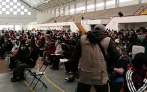 Adultos mayores abarrotan centro de vacunación en Ecatepec para recibir vacuna de Sinovac