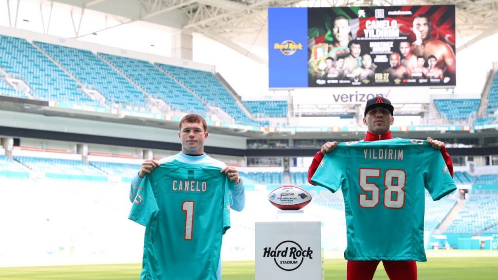 Canelo Álvarez y Avni Yildirim posaron en el estadio Hard Rock de Miami. Foto: @MatchroomBoxing