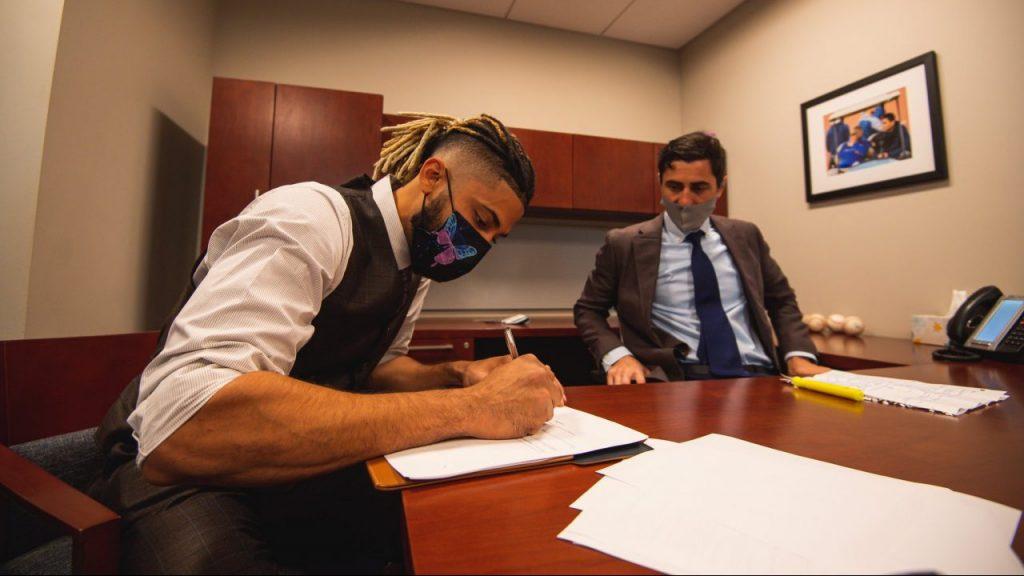 Fernando Tatis Jr. firma su contrato por 14 años con los Padres de San Diego. Foto: @Padres
